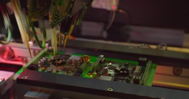 Ipari robot elektronikai gyártáshoz komplex nyomtatott áramköri lapot készít