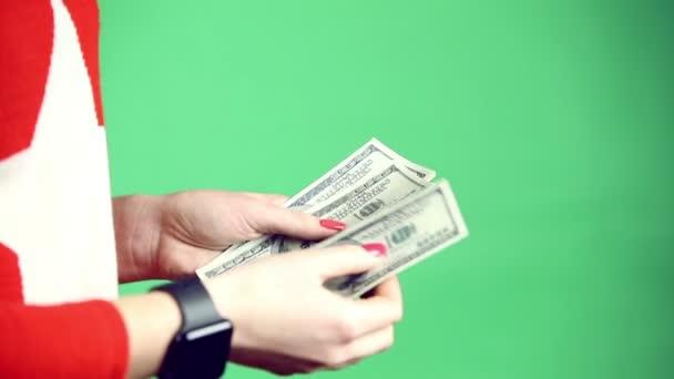 Mädchen Hände spielen mit Geld auf grünem Hintergrund