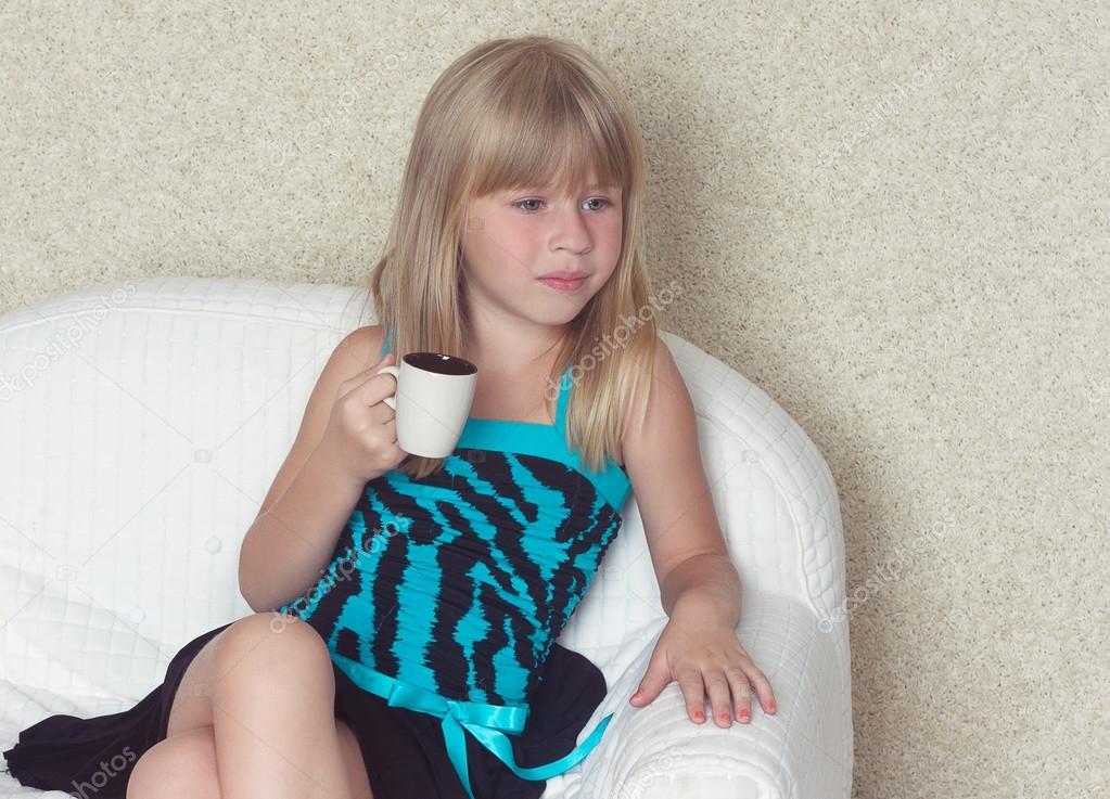 m dchen 5 jahre sitzen auf einem sofa mit tasse stockfoto victoshafoto 52160307. Black Bedroom Furniture Sets. Home Design Ideas