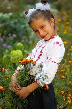 Ukrayna halk kostümü giymiş kız