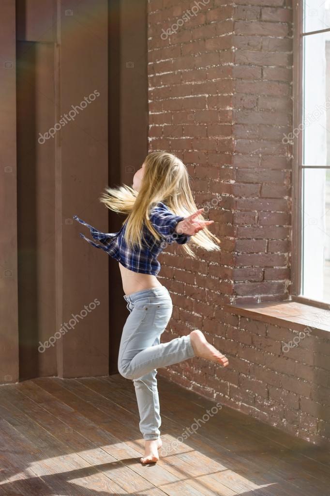 m dchen 6 jahre alt ausdrucksstark tanzen haare flattern stockfoto victoshafoto 80840268. Black Bedroom Furniture Sets. Home Design Ideas