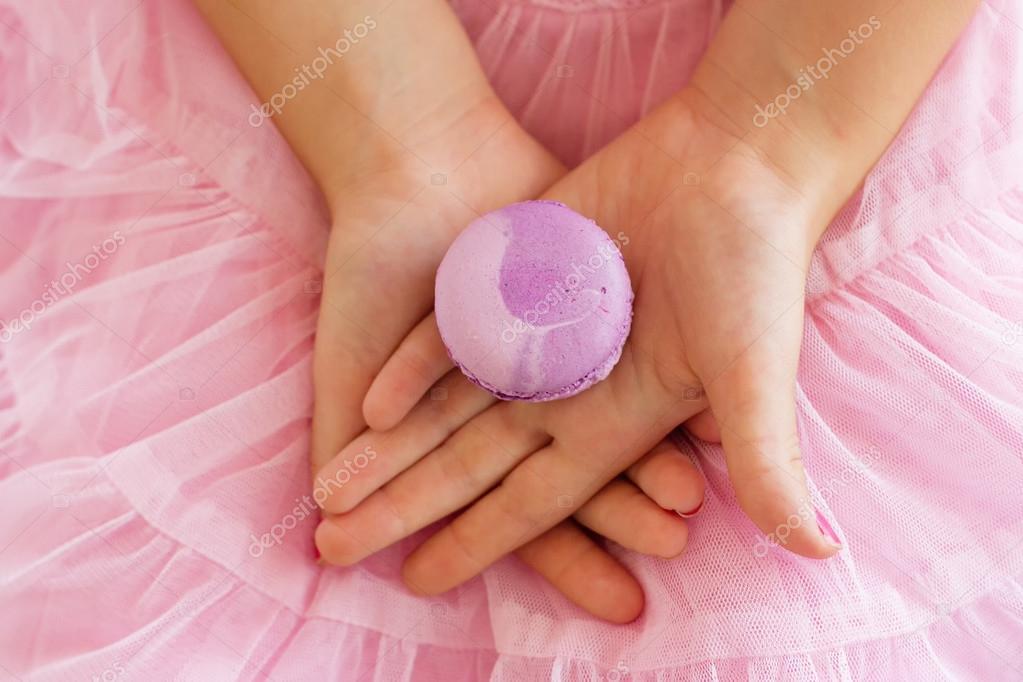 Macarrón en la chica de las manos. Encuadre horizontal — Fotos de ...