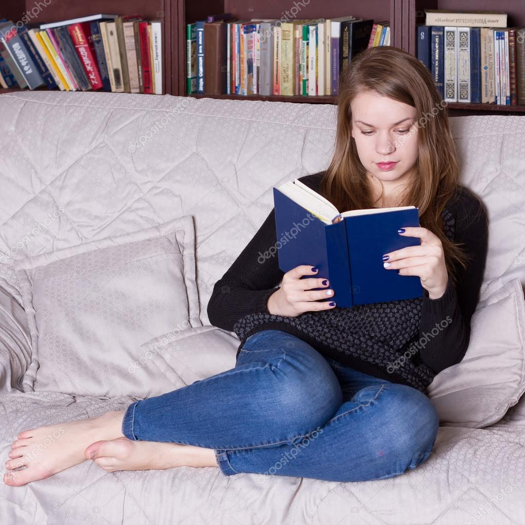 Девушки читают книги сидя на диване видео — pic 8