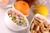 Süßigkeiten und Obst, Teetasse (Kaffee) und Früchte
