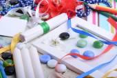 Fotografie Innenarchitektur-Tabelle mit einem Geschenk und einen Bogen. Kerze und Diamanten legen. Geschenkbox mit Perlen. weißen Holzrahmen. Hintergrund für eine Karte