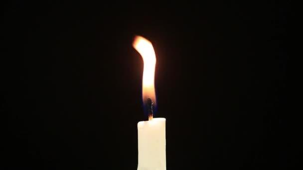svíčka close-up na černém pozadí