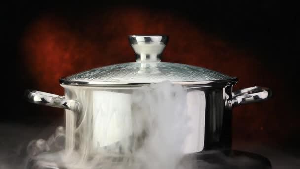 Vařící vody v pánvi