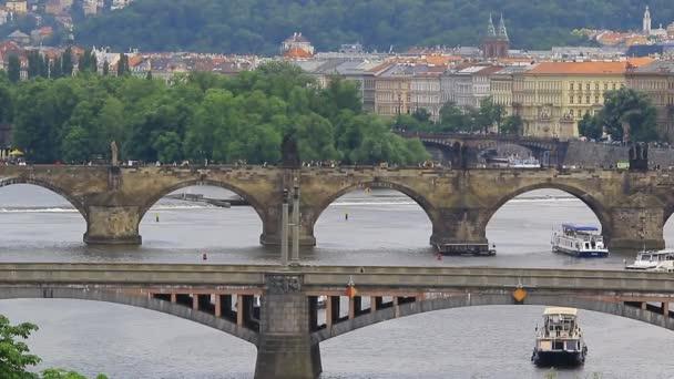 Pražské mosty přes řeku Vitava