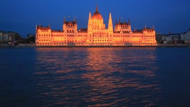 Kivilágított Budapest Parlament épülete