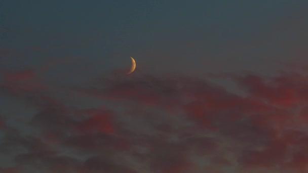 měsíc před mraky