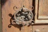 Fotografie Alte Türgriff auf eine Holztür
