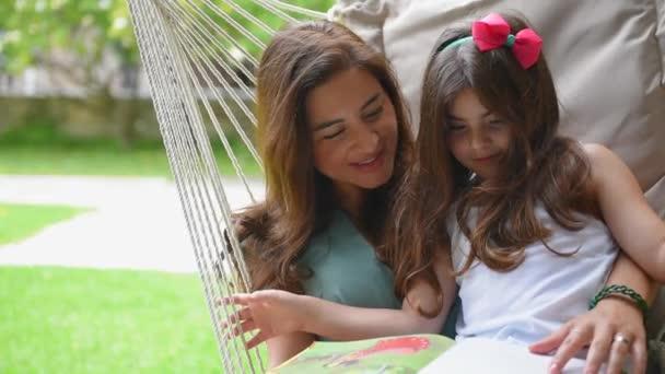 Boldog család szabadban. Teljes Hd-videó