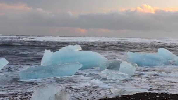 Eisberg am Strand in Island. Full-Hd-Video