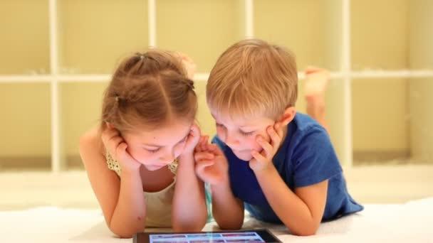 Šťastné děti sledovat animované kreslené. Full Hd Video