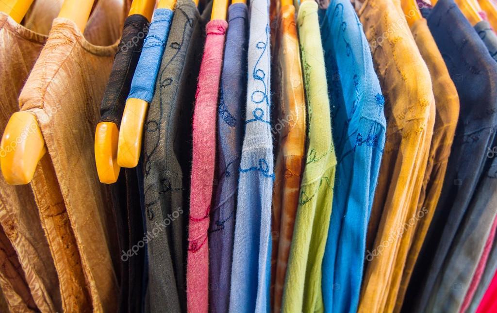 9b9b0a1f060f7f Vele zomer jurken in verschillende kleuren — Stockfoto © James633 ...
