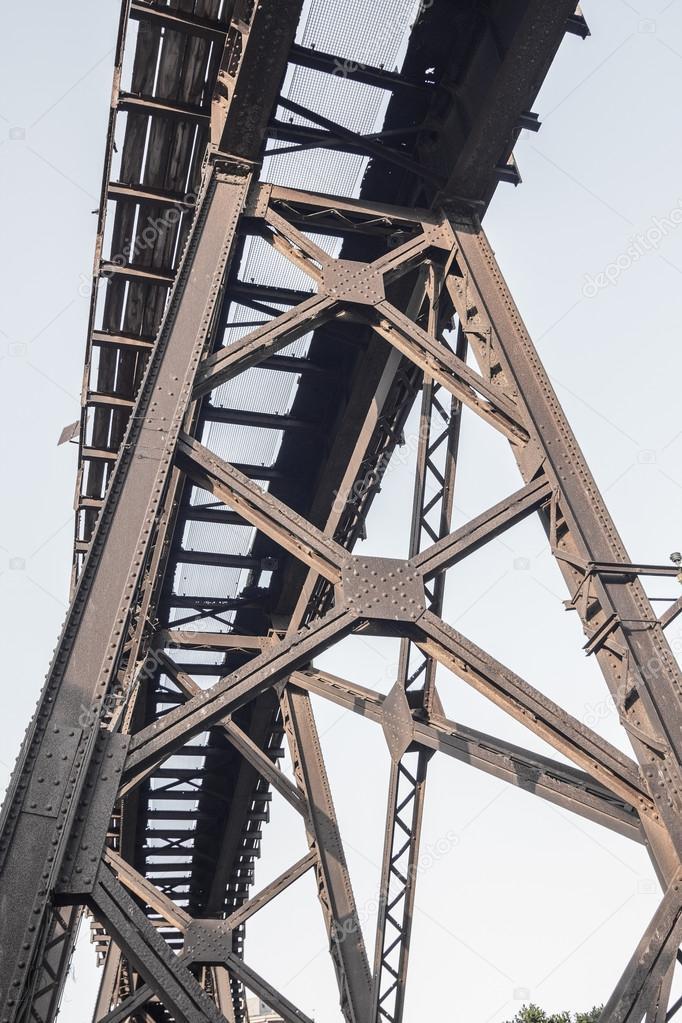 Vecchia struttura in ferro per il trasporto di minerali per ...