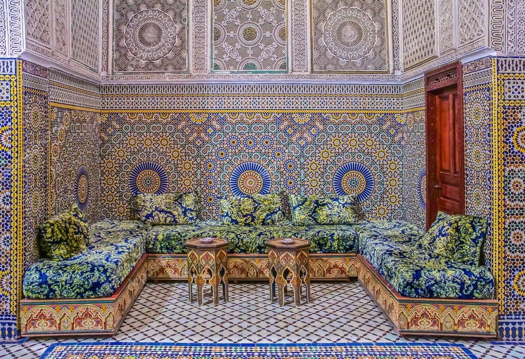 P tio decorado com mosaicos e esculturas num riad for Patio decorado