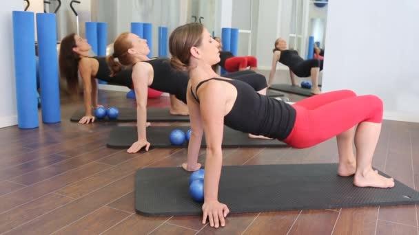 Aerob Pilates személyi edző egy tornaterem csoport osztály