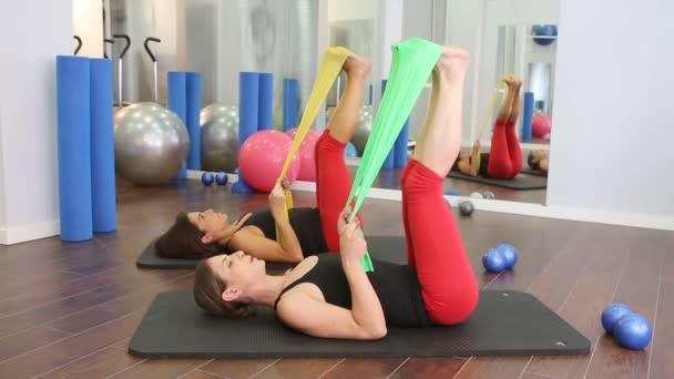 Aerobic pilates ženy s jóga míčky v řadě