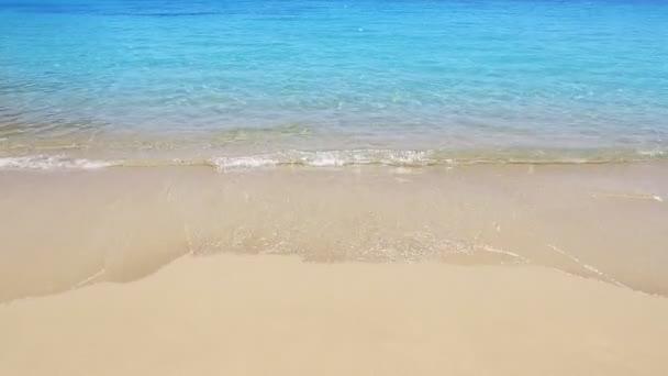 Tropical beach partján hullámok részletesen nyugodt óceán víz türkizkék aqua
