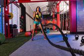 Fotografie Mädchen am Gym Training Übung Seile kämpfen