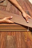 IPE palubní instalace Tesař ruce držící dřevo