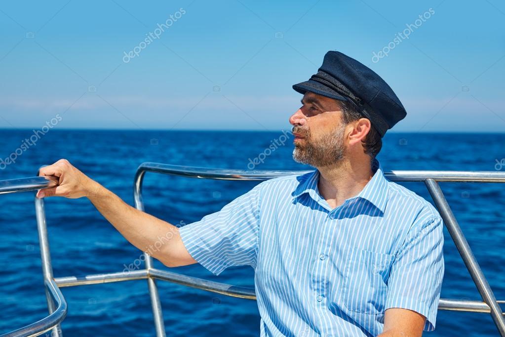 Szakáll tengerész férfi óceán tenger vitorlázás egy csónakban horizon keres  kapitány sapka — Fotó szerzőtől TONO BALAGUER a7e83dc589