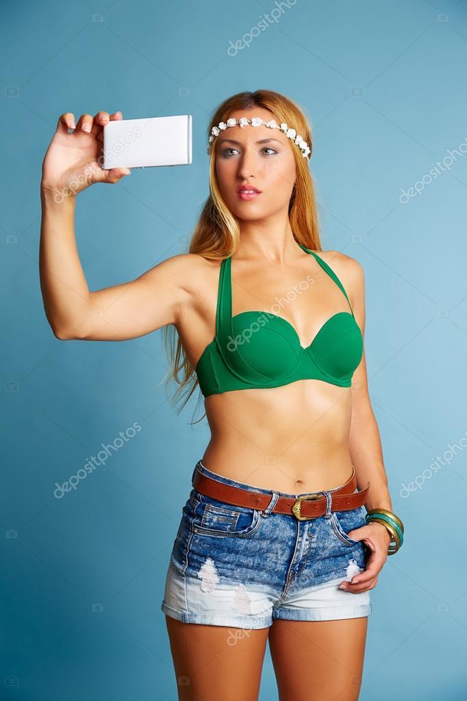 Худая модель с длинными волосами блондинка
