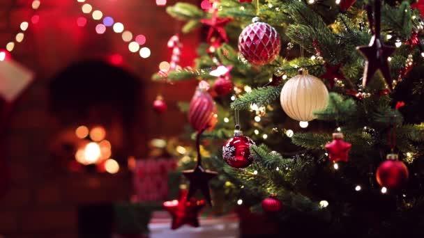 Vánoční stromeček s dekoracemi v blízkosti krbu se světly