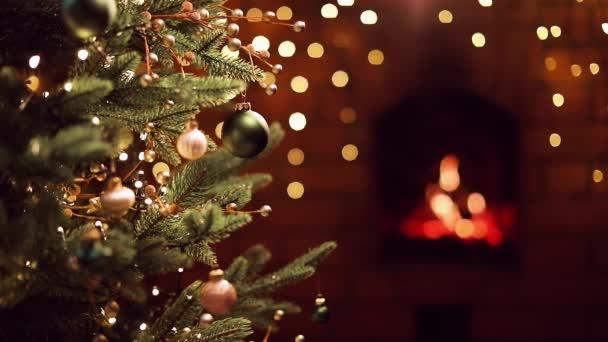 Karácsonyfa díszítéssel és ajándékokkal