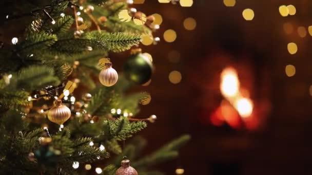 Vánoční stromeček s dekoracemi a dárky