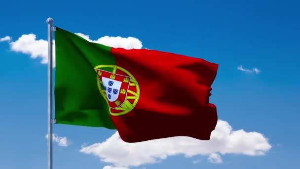 Portugál zászló integet egy kék felhős ég alatt