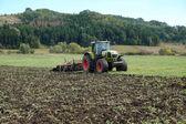 Traktor je v poli
