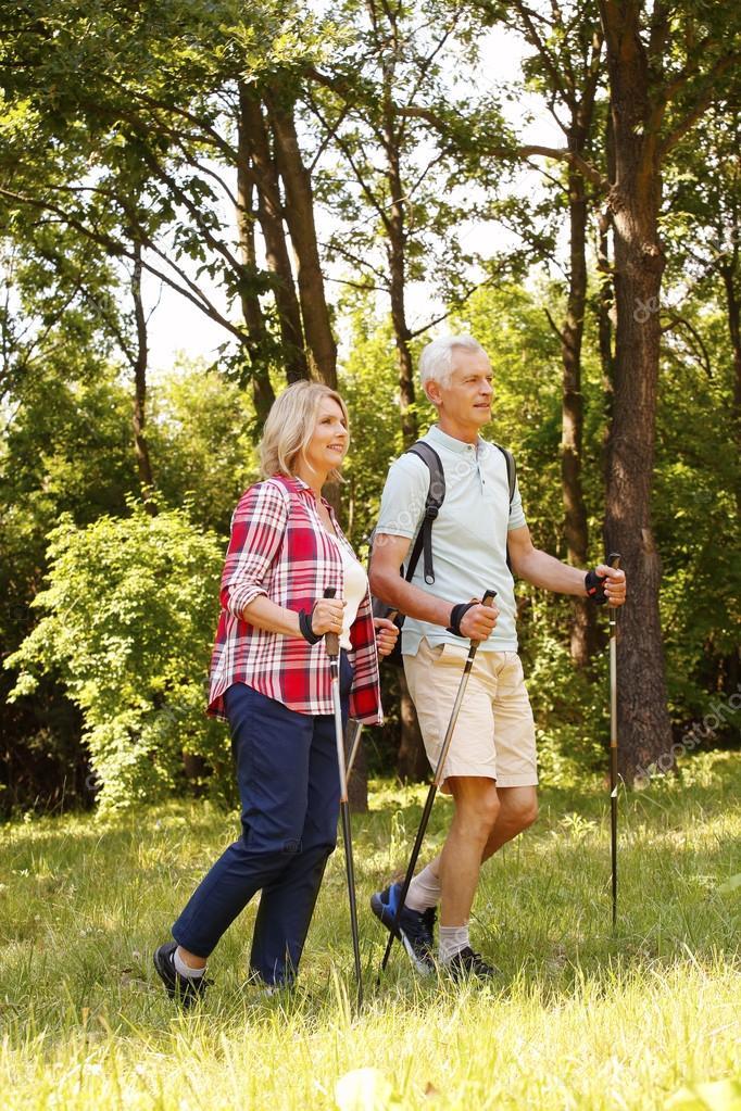 Senior paar genieten van een Noords wandelen — Stockfoto