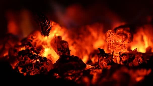 égő tűz a kandallóban