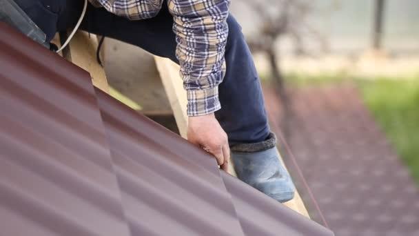 dělníci instalovat krytina