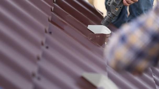 Arbeiter installieren Metalldächer