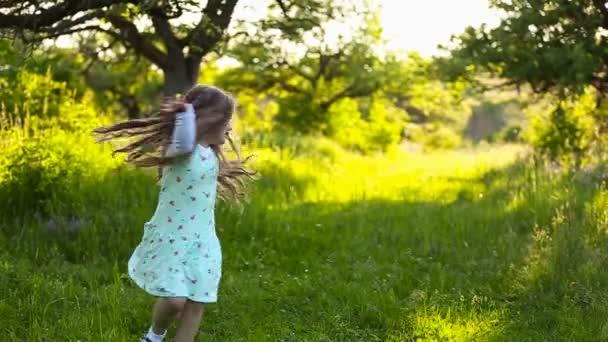 dívka, která skočila a spřádání