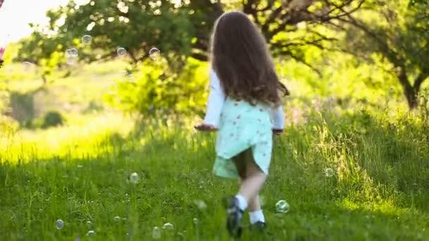 Buborékok gyönyörködtető lány