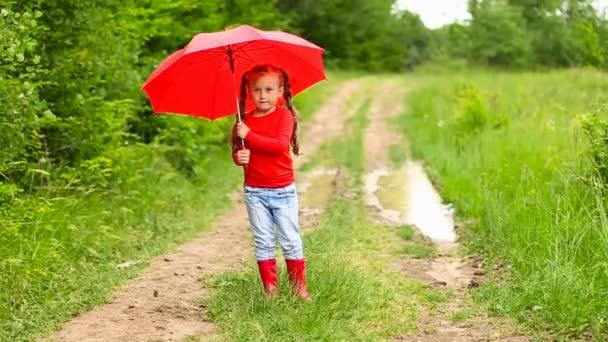 Lány piros esernyővel