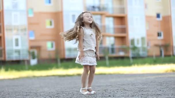 Kleines Mädchen springt