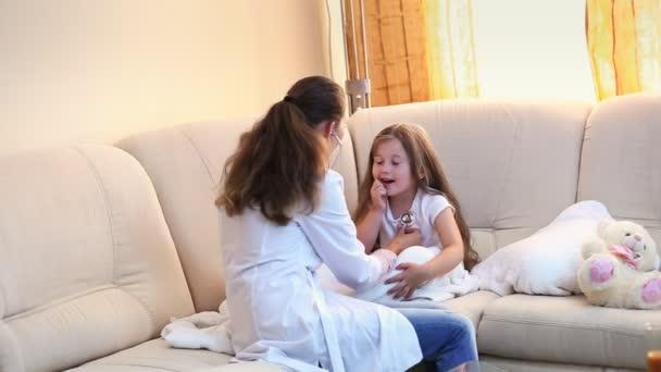 Lékař zkoumá holčička