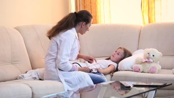 Arzt untersucht ein Kind