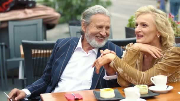 starší pár sedí u stolu