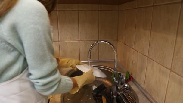 Frau wäscht Geschirr