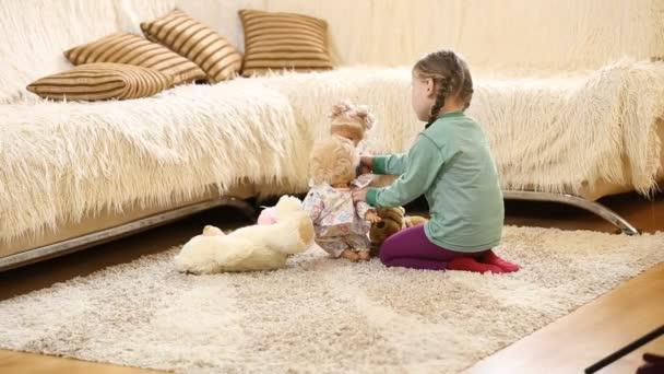 dítě hraje s panenkami