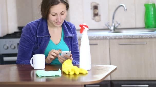sie putzt die küche