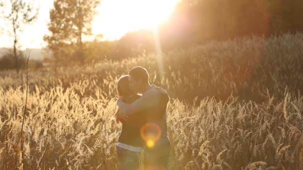 Paar in der Nähe des Waldes