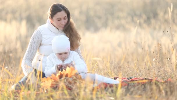Mutter mit Kind und Telefon