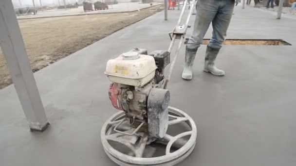 Pracovník vyhladí povrch betonu